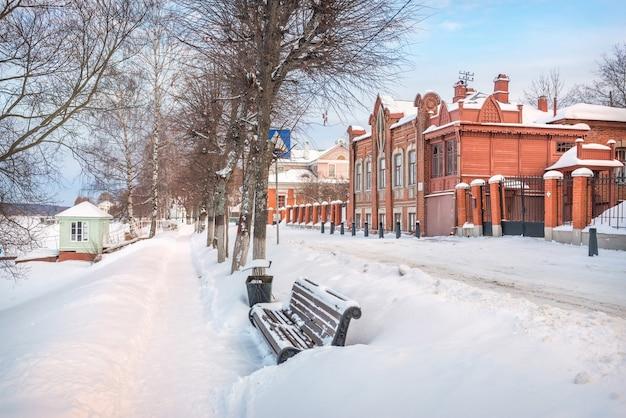House-modern sull'argine del fiume volga a plyos nella neve alla luce del tramonto del sole invernale