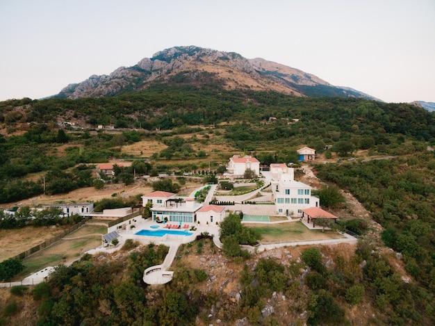 Una casa in montagna con una grande piscina