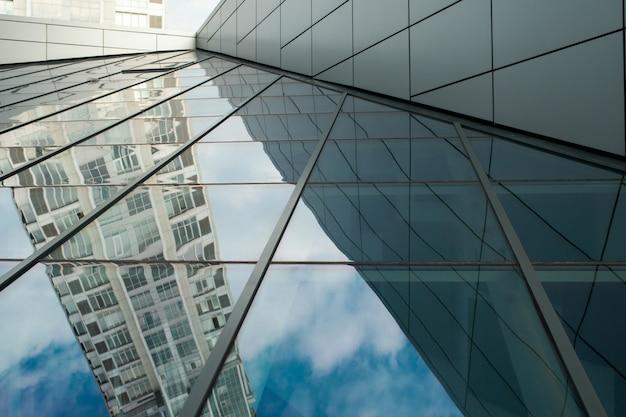 Casa nel riflesso del tetto di vetro del cielo