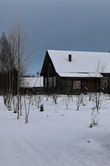 Casa rurale in inverno