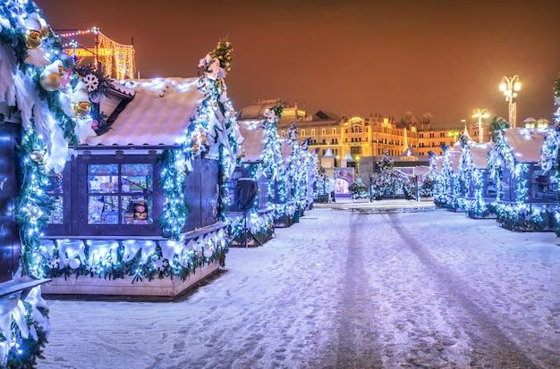 Negozi casalinghi in piazza manezhnaya a mosca nelle decorazioni natalizie di capodanno
