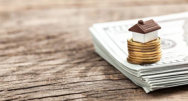 Camera e pila di monete e dollari in contanti