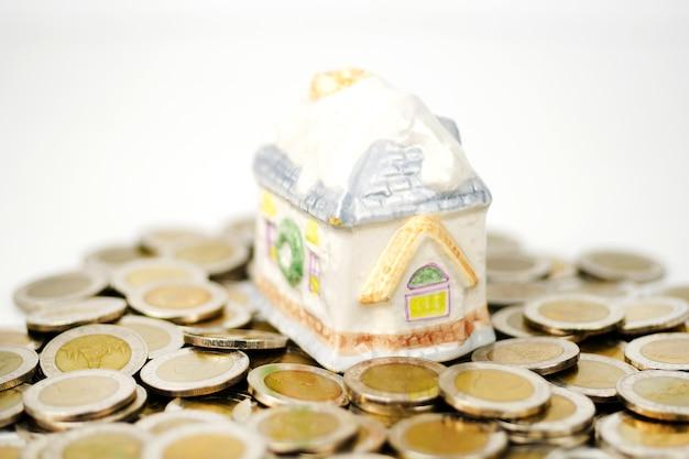 Casa in pila monete usando come proprietà e concetto finanziario
