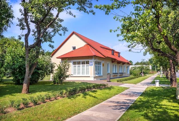 Casa con tetto rosso sul territorio di vdnkh a mosca in una giornata estiva