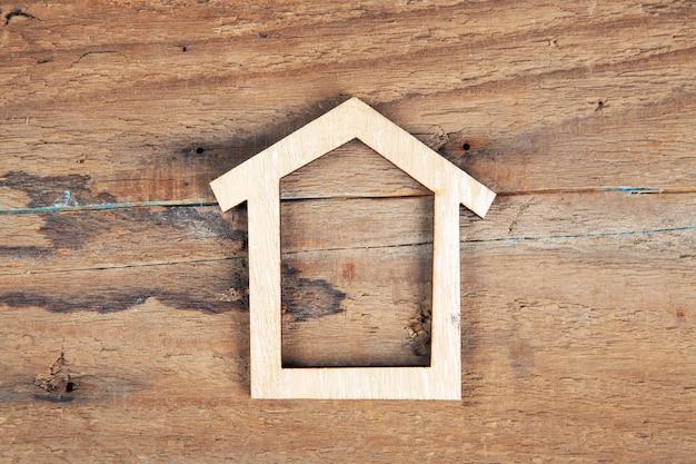 Casa su un tavolo di legno. comprare una casa