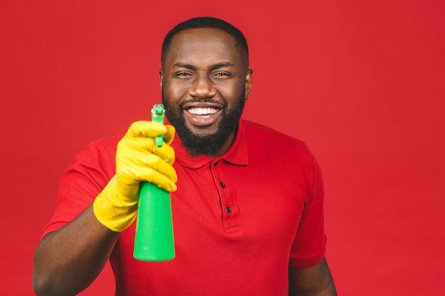 Concetto di famiglia. giovane uomo afroamericano che pulisce usando i guanti