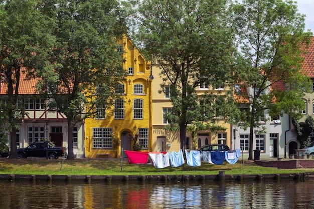 Case sulla riva del fiume trave, lubecca