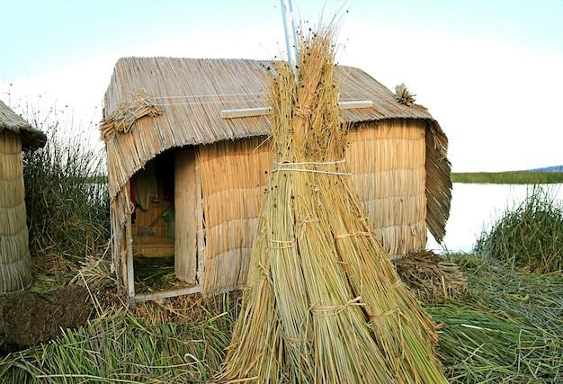 Case costruite con canne di totora delle isole galleggianti degli uros sul lago titicaca puno perù