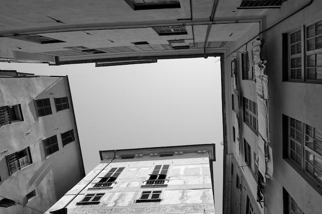 Case a genova (genova), italia. fotografia urbana in bianco e nero. guardando in alto