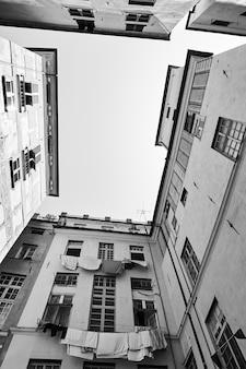 Case a genova (genova), italia. fotografia urbana in bianco e nero