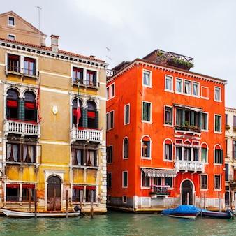 Case in canal grande a venezia, italia