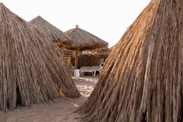 Case fatte di foglie di palma sulla spiaggia