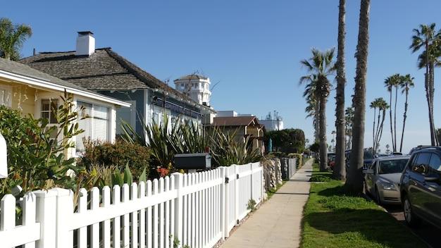 Case su strada suburbana, california usa. edifici generici, quartiere residenziale vicino a los angeles