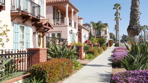 Case su strada suburbana california usa edifici generici quartiere residenziale vicino a los angeles