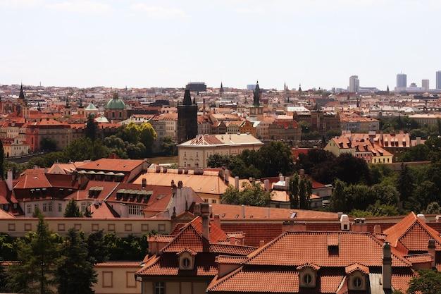 Case con i tradizionali tetti rossi nella piazza della città vecchia di praga nella repubblica ceca