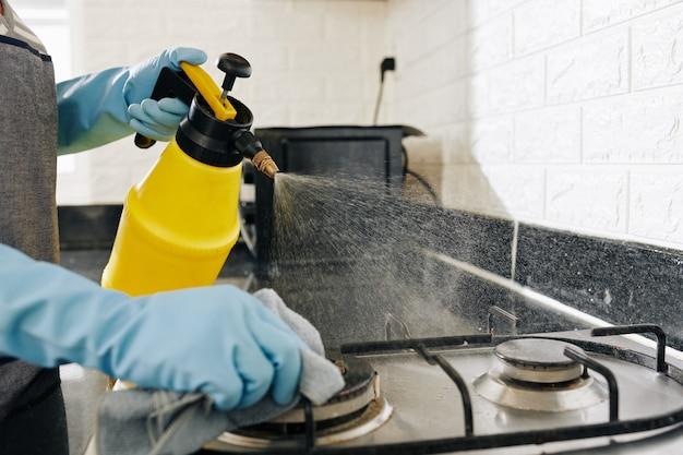 Casalinga pulizia fornello da cucina