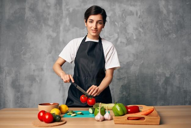Casalinga che cucina un'alimentazione sana sfondo isolato