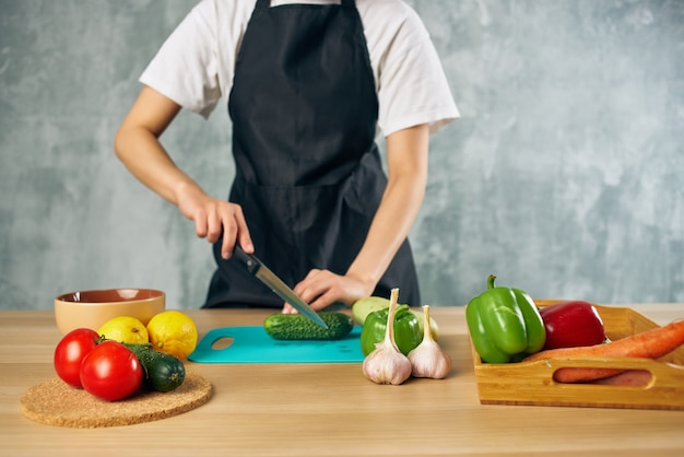 Casalinga che cucina insalata sana