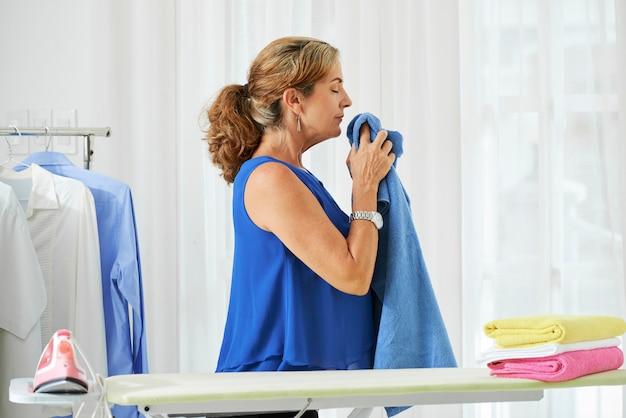 Casalinga che fa i lavori domestici