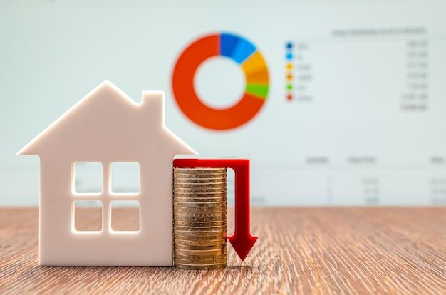 Immagine del concetto di mercato immobiliare con grafico e freccia verso il basso, concetto di prezzi immobiliari, spazio di copia. grafico della volatilità