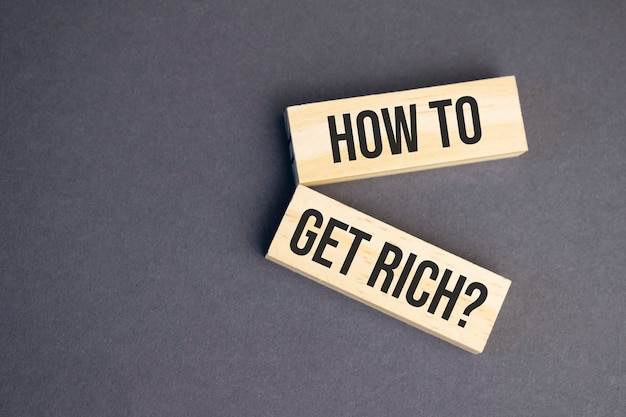 Come ottenere parole ricche su blocchi di legno su sfondo giallo. concetto di etica aziendale.