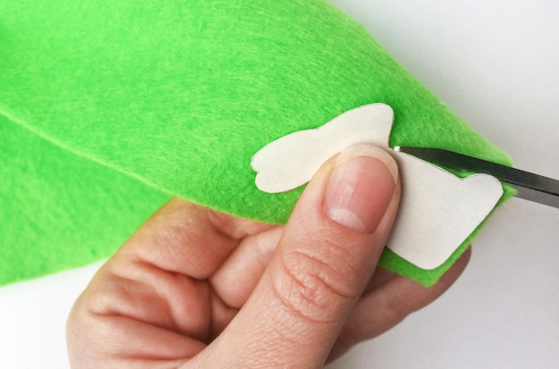 Come realizzare un coniglietto di feltro per decorazioni e divertimento pasquale. concetto fai da te.