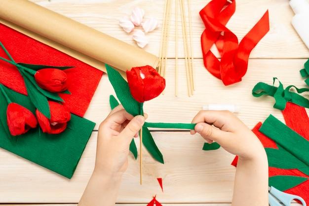 Come fare un fiore di tulipano con carta e marshmallow a casa