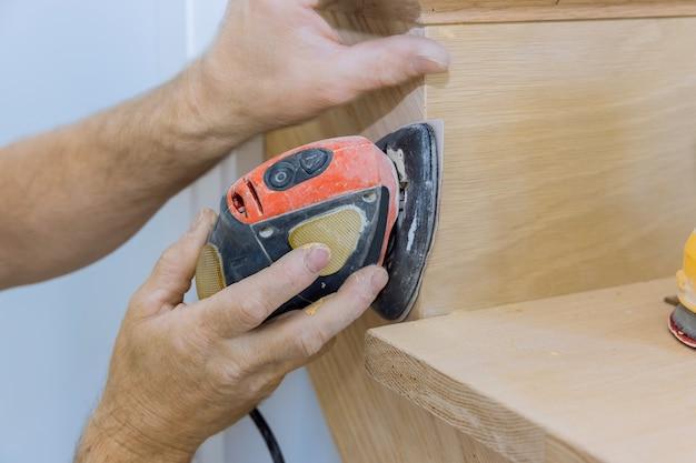 Come levigare un'installazione di ringhiere in legno per ringhiere in legno