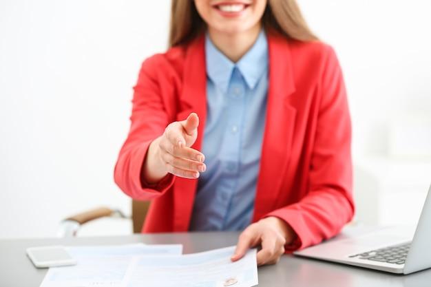 Direttore delle risorse umane che conduce il colloquio di lavoro