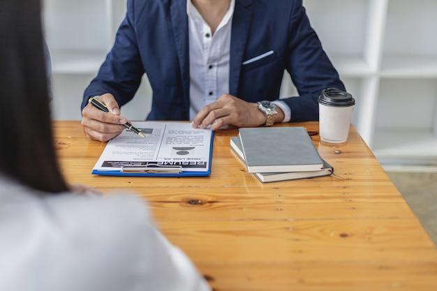 Il responsabile delle risorse umane sta intervistando i candidati. sta esaminando l'ammissibilità dei candidati dal suo curriculum. idee per colloqui di lavoro. l'azienda accetta dipendenti per lavoro e colloquio.