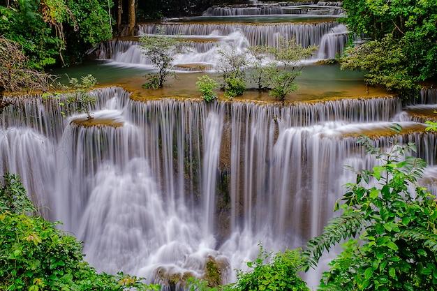 Bella cascata del 4 ° piano della cascata di huai-mae-kha-min nel parco nazionale di kanchanaburi tailandia