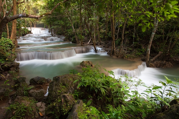 La cascata di huai mae khamin in ottobre è una bellissima cascata a kanchanaburi, in thailandia.