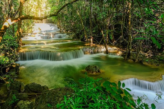 Cascata huay mae khamin, 1 ° piano, denominata dong wan, situata nel parco nazionale della diga di srinakarin, provincia di kanchanaburi, thailandia