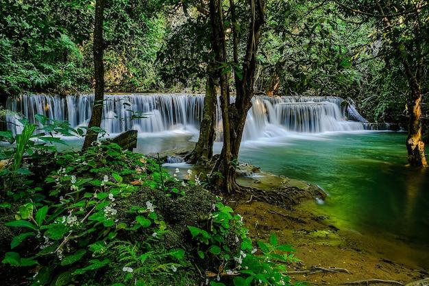 Cascata huay mae khamin, 2 ° piano, chiamata mandkamin, situata nel parco nazionale della diga di srinakarin, provincia di kanchanaburi, thailandia