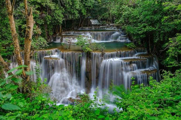 Cascata huay mae khamin, 4 ° piano, chiamata chatkeaw, situata nel parco nazionale della diga di srinakarin, provincia di kanchanaburi, thailandia