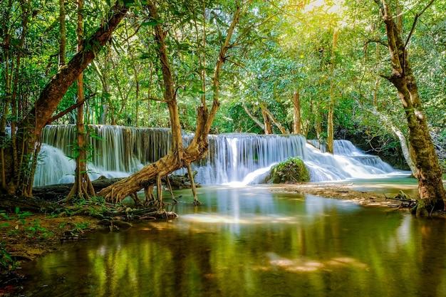 Cascata huay mae khamin, 7 ° piano, denominata romkrow, situata nel parco nazionale della diga di srinakarin, provincia di kanchanaburi, thailandia