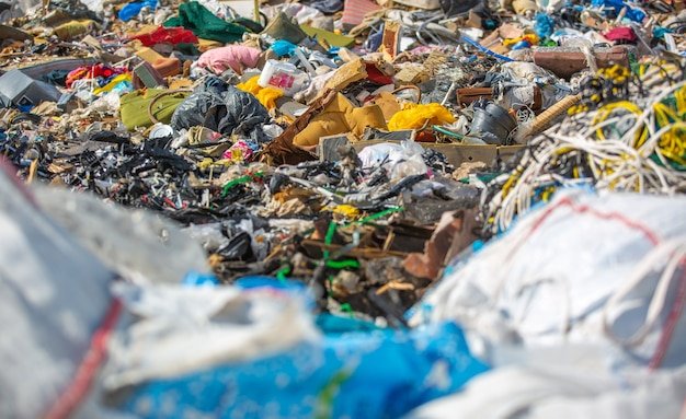 Enorme discarica o discarica di rifiuti domestici, problema di ecologia