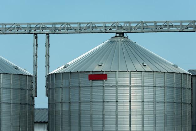 Enormi contenitori per la conservazione dei cereali in metallo