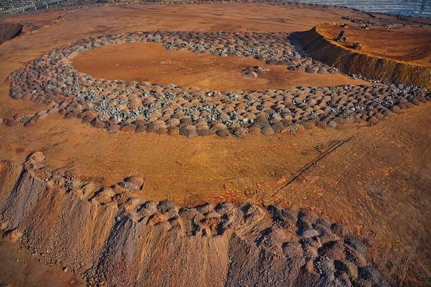 Enormi cumuli di minerale di ferro di scarto vicino alla cava