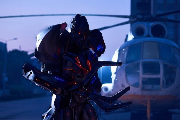Enorme trasformatore di robot che attraversa la città del primo mattino.
