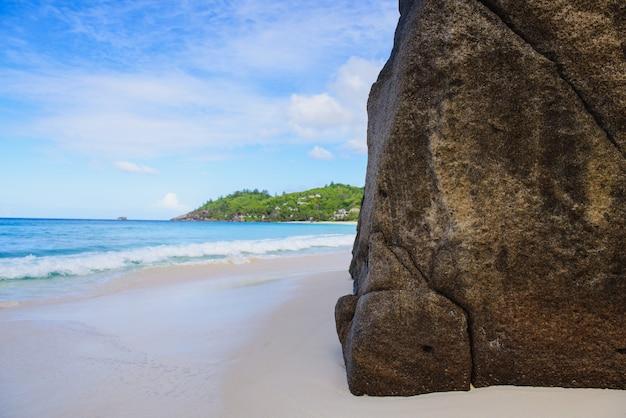 Roccia enorme il giorno della spiaggia di sabbia delle seychelles