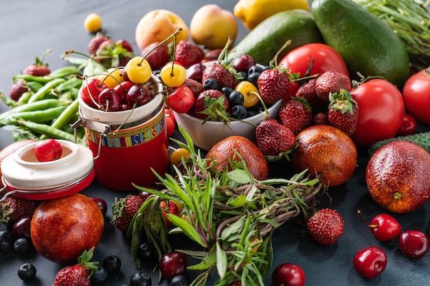 Enorme varietà di freschi raccolti crudi di frutta e bacche
