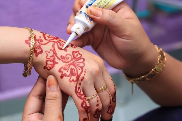 Mano umana decorata con un tatuaggio all'henné