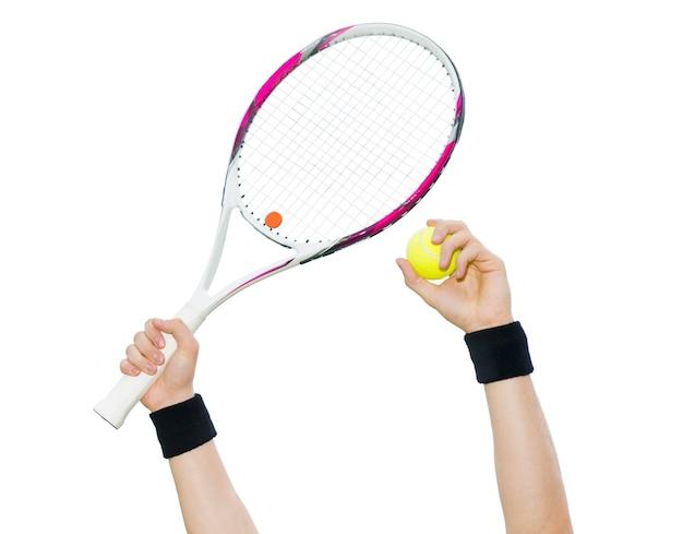 Mani umane con braccialetti tenendo palla da tennis e una racchetta isolati su sfondo bianco
