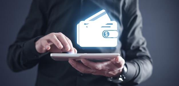 Tablet umano della holding con un'icona di portafoglio e carta di credito.