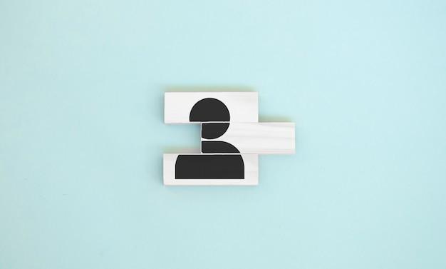 Gestione delle risorse umane e concetto di business di reclutamento, mano che mette un blocco di cubo di legno sulla piramide superiore, spazio di copia