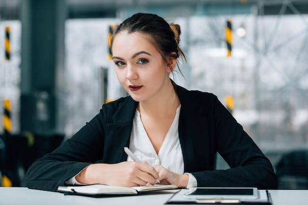 Reclutatore risorse umane. assunzione di lavoro. indagine giovane donna che prende appunti nel pianificatore di giorno.
