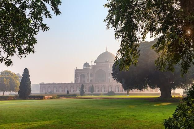 Tomba di humayun, splendida vista sull'alba, new dehli, india.