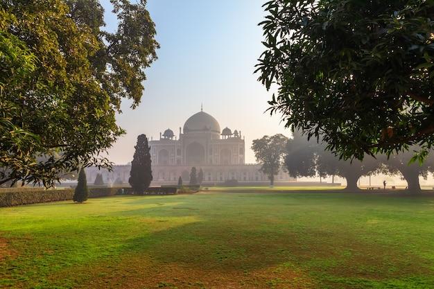 Tomba di humayun in india, vista parco di mattina, nuova delhi.