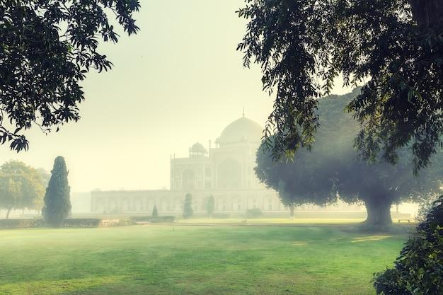 La tomba di humayun nella nebbia mattutina, new delhi, india.